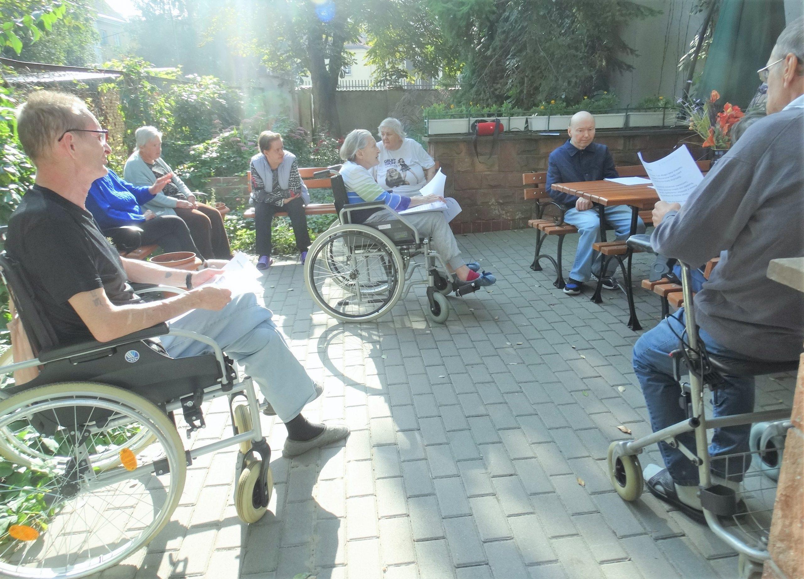 Grupa seniorów w ogrodzie sensorycznym