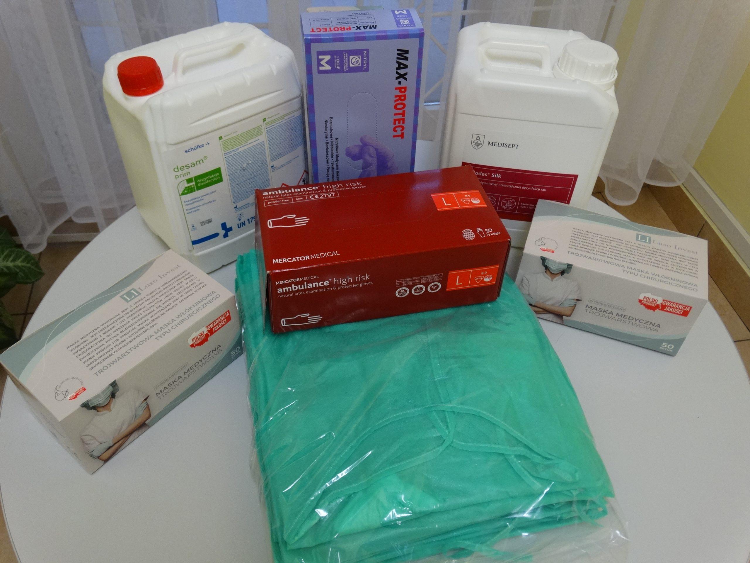 Środki medyczne, fartuch, maski, rękawice, dezynfekty leżące na stole