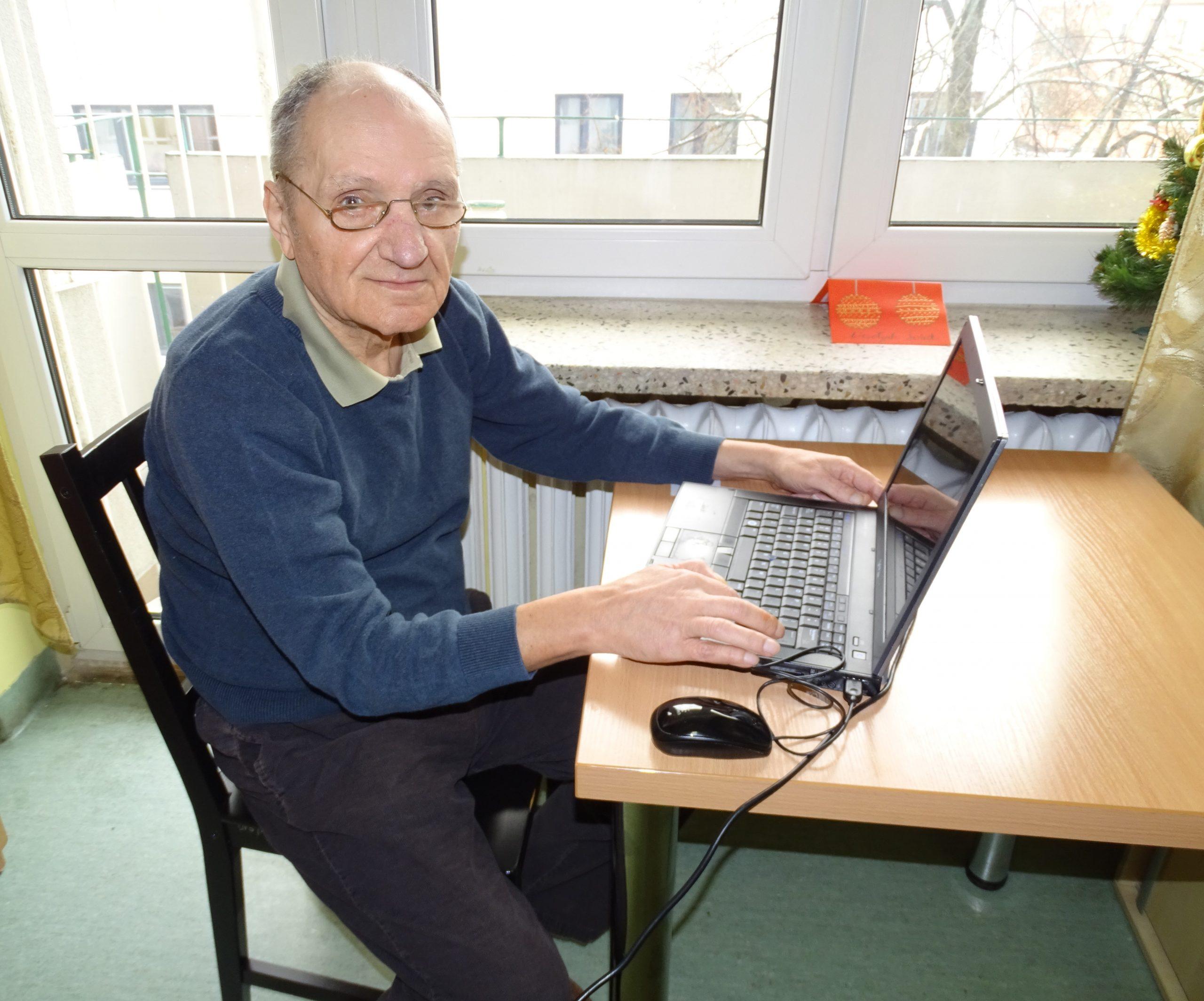 Starszy mężczyzna pracujący na laptopie