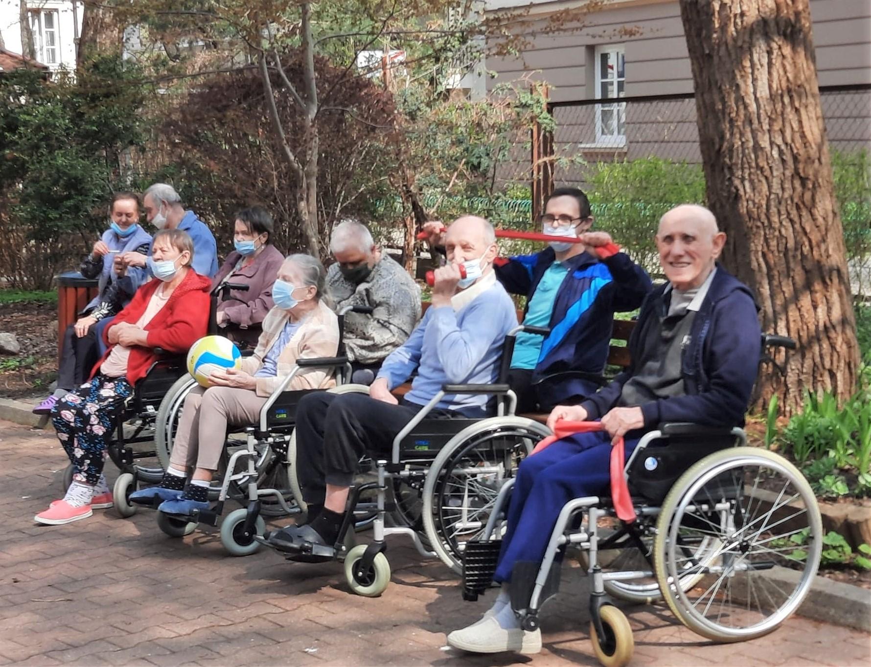 Grupa Mieszkańców pozująca na patio