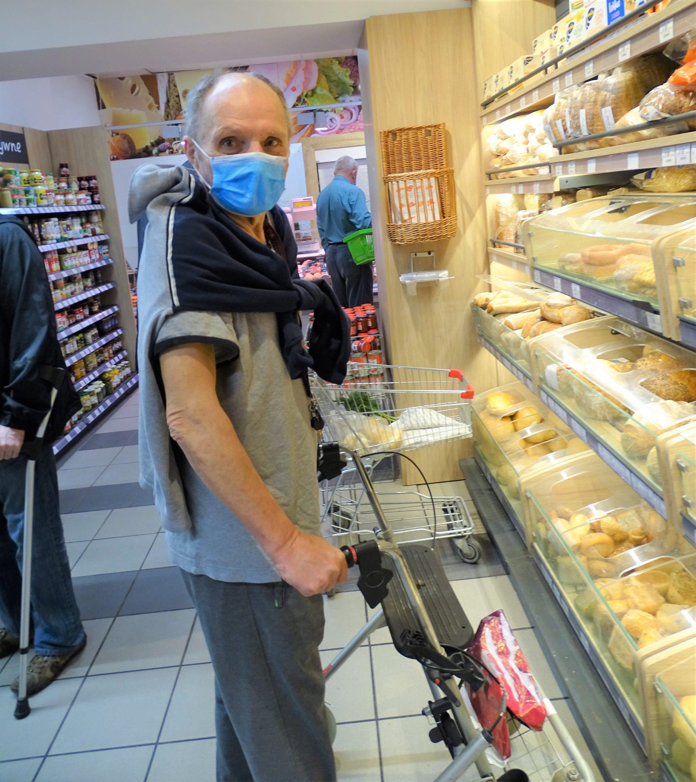 Mężczyzna w sklepie robi zakupy