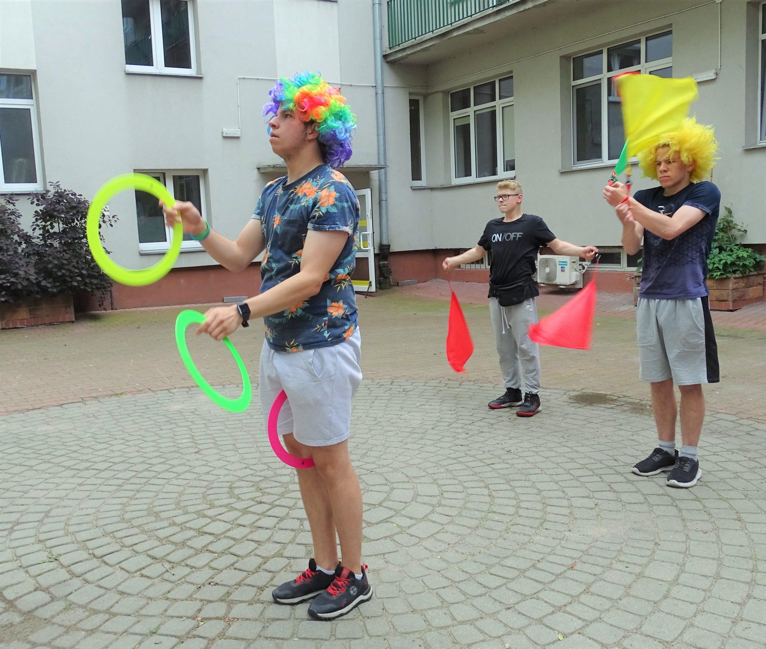 Młodzież wykonuje akrobacje