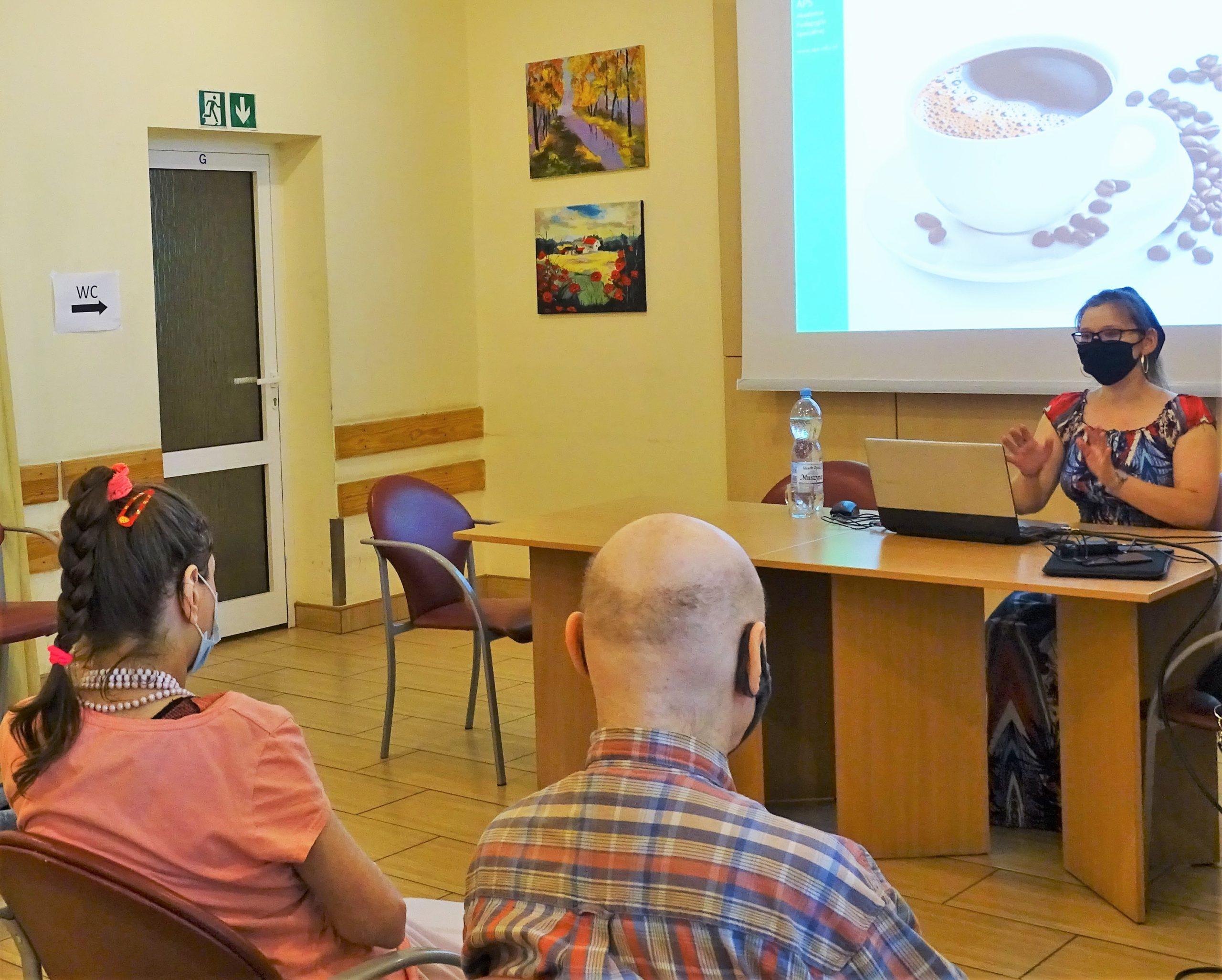 Kobieta prowadzi wykład w tle zdjęcie filiżanki z kawą