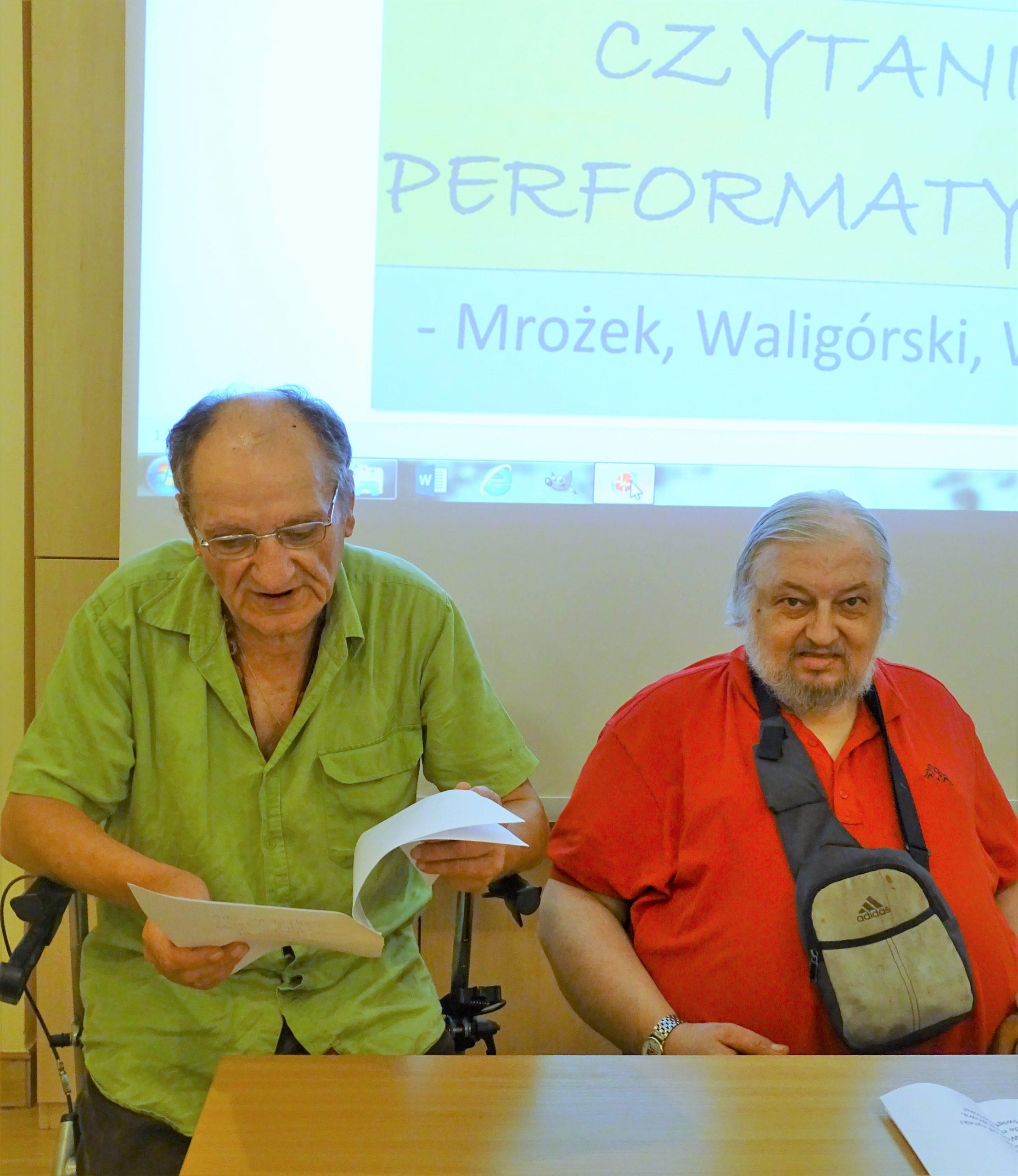 Dwóch mężczyzn bierze udział w czytaniu performatywnym