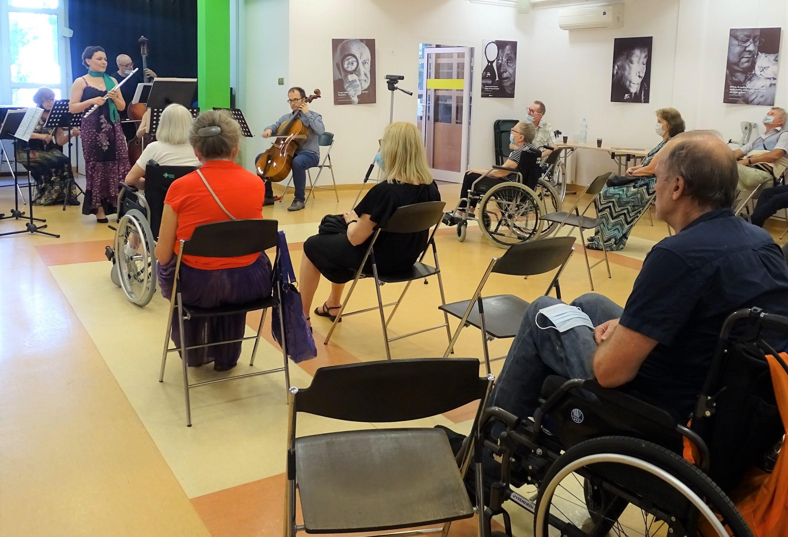 Publicznosć wsłuchana w koncert