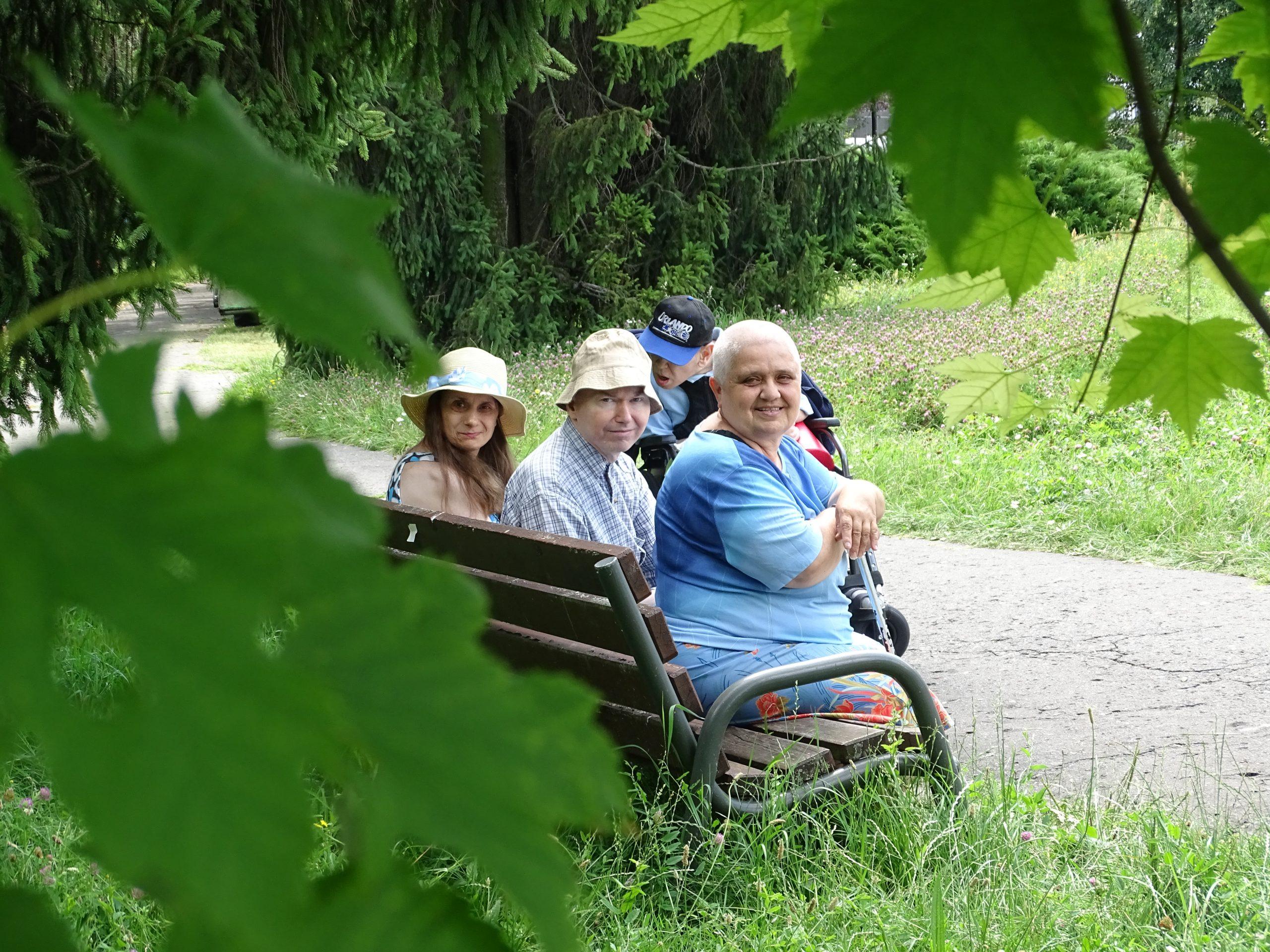 Grupa osób relaksuje się w parku