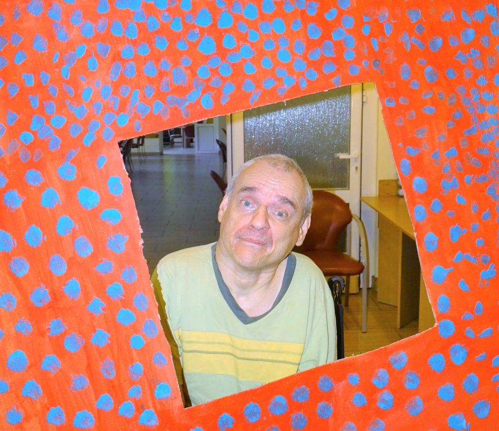 Uśmiechnięty mężczyzna pozuje w fotoramce