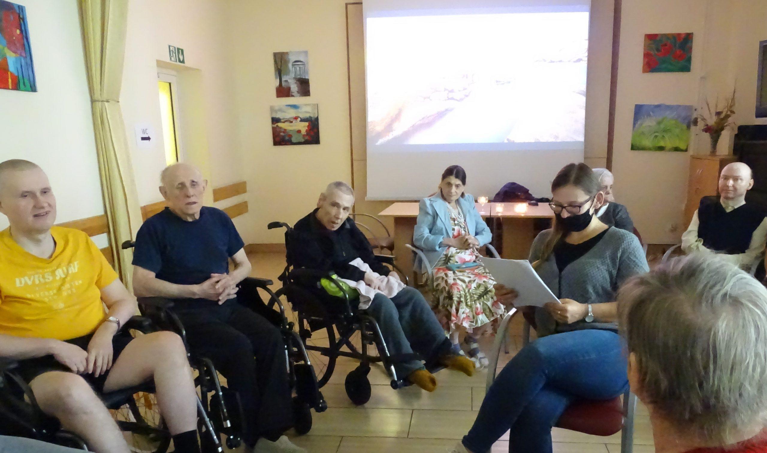 Seniorzy i prowadząca w trakcie warsztaów relaksacyjnych