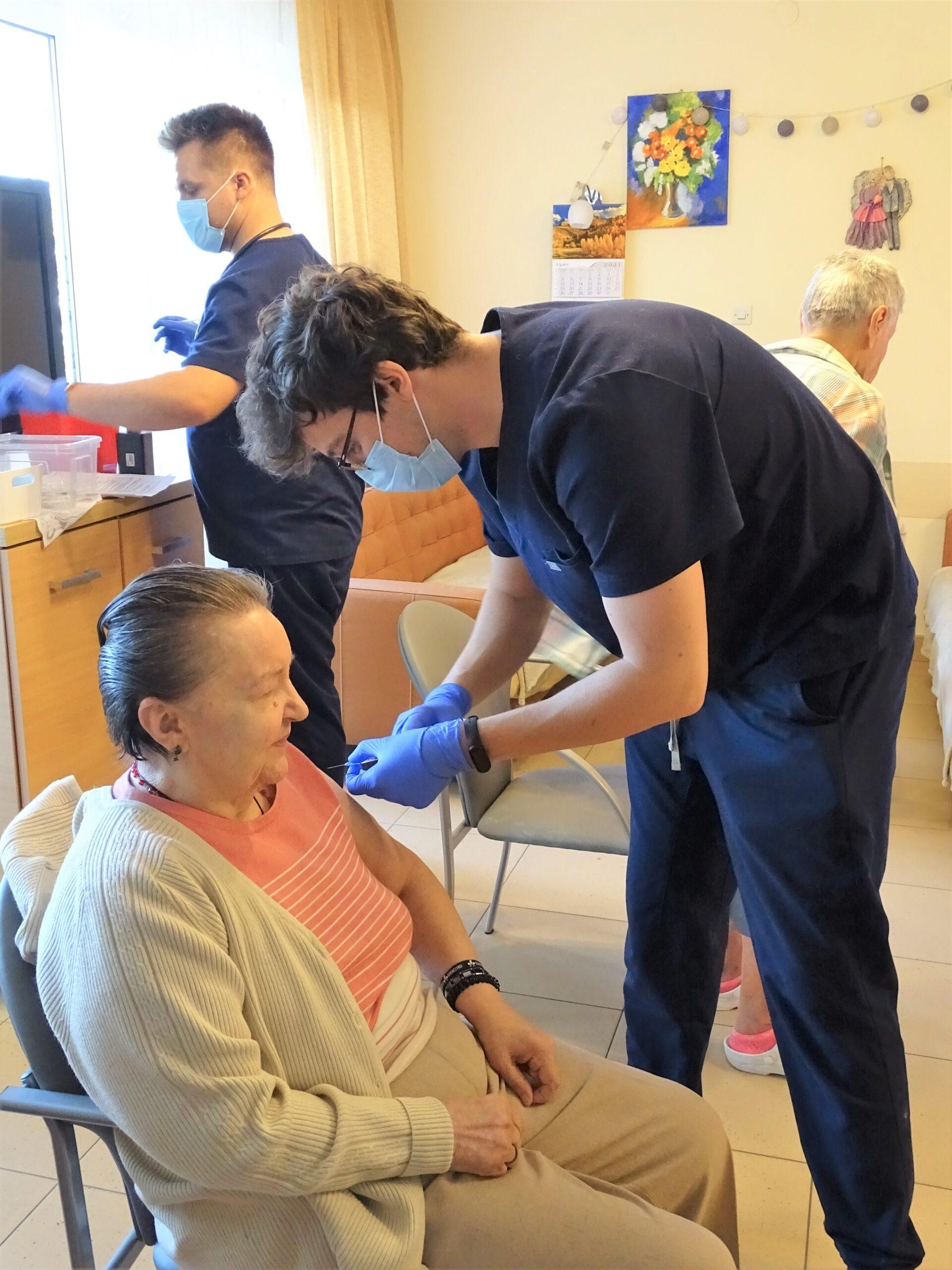 Medycy wykonujący szczepienie przeciw Covid-19 Mieszkańcom Domu