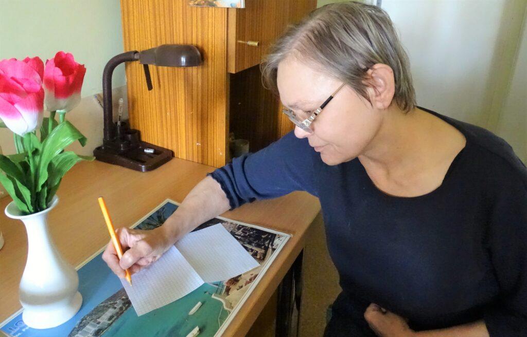 Mieszkanka Domu pisząca list